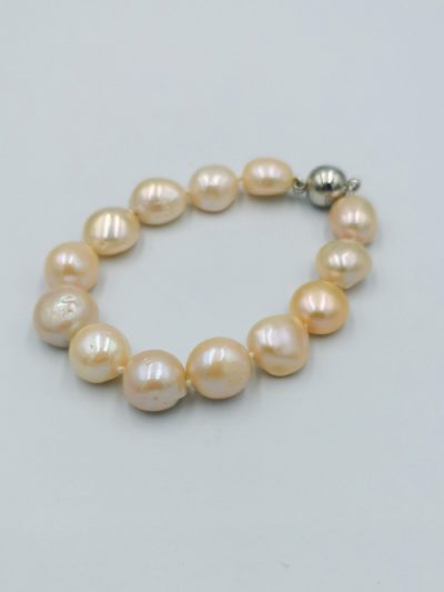 Peach-coloured button-shaped freshwater pearl bracelet