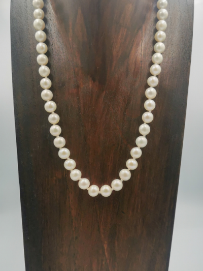 Strand of white potato-shaped freshwater pearls measuring (7.5-8.5)mm, with a fancy clasp. Total necklace length 47cm.
